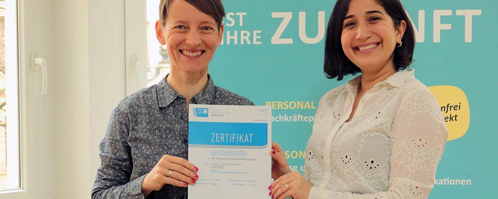 Das Projektteam der Mentoring-Partnerschaft Augsburg mit der Zertifizierungsurkunde. (Bild: © Tür an Tür - Integrationsprojekte gGmbH)